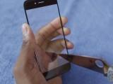 Marques Brownlee che tortura la cornice di iPhone 6 con un pugnale